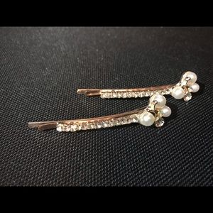 Accessories - NWT 2 gold color with rhinestone hair clips